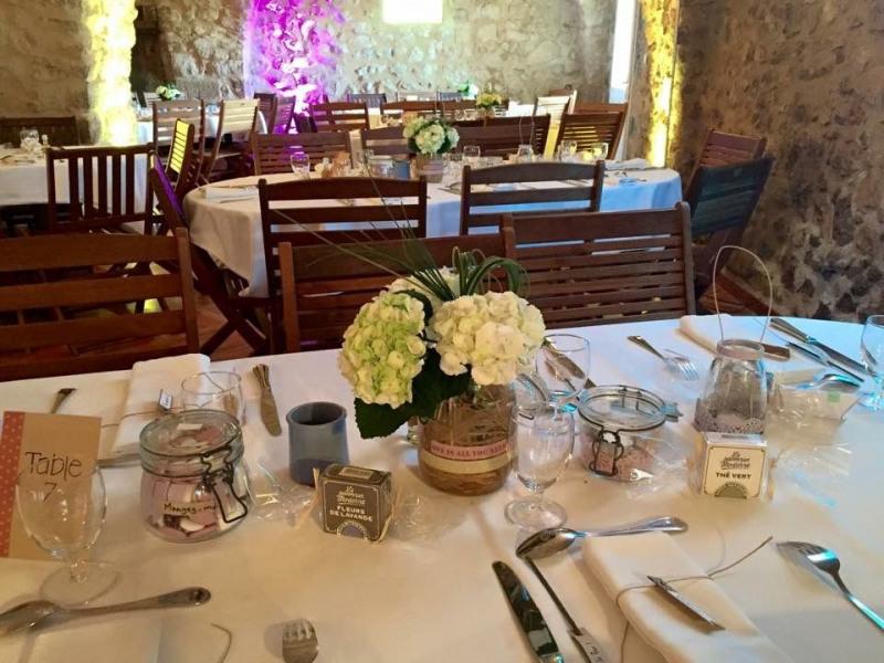 La Grande Roquette, Aménagé dans un ensemble de salles voûtées du XIIème siècle, terrasse, terrain, jeux, barbecue.