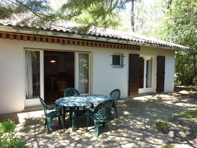 Villa mitoyenne séparée par deux garages avec jardin privatif d'environ 300 m² clos et boisé à 400 m de la plage Sud,...