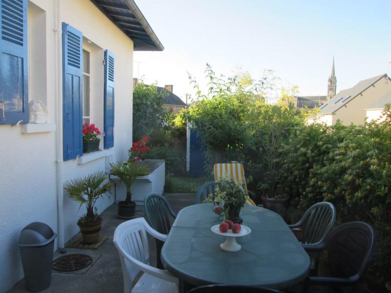 vue partielle de la maison et de la terrasse avec au loin le clochet de l'église