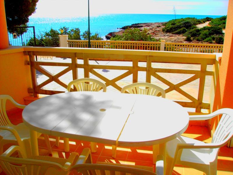 Terrasse, vue splendide sur crique et mer, wifi (gratuit),TNT, parking privé, piscine (commune), appartement standing