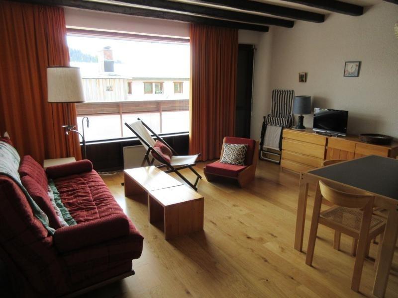 Pour 6 personnes avec 2 chambres séparés, cuisine rénovée et sol refait à neuf en parquet donnant une athmosphère cha...