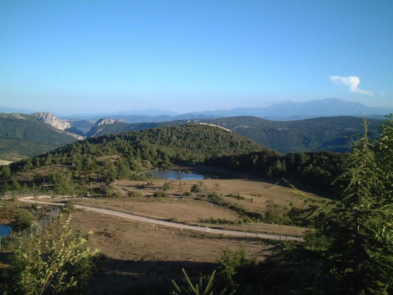 l'entrée du BOUCHARD avec vue sur les Gorges de Galamus et petit lac collinaire