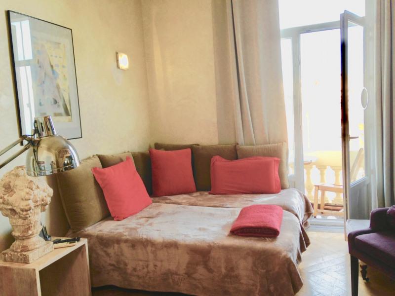 la pièce du bas , 2 lits indépendants , petit balcon vue sur Mer
