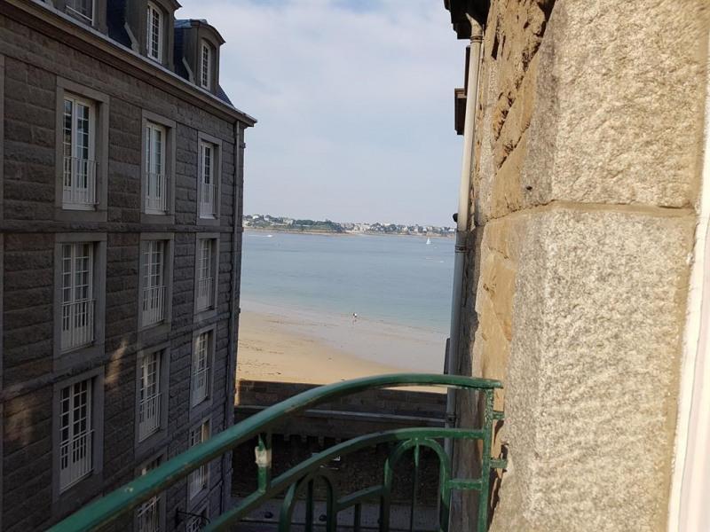 le balcon offre une jolie vue sur la plage et Dina