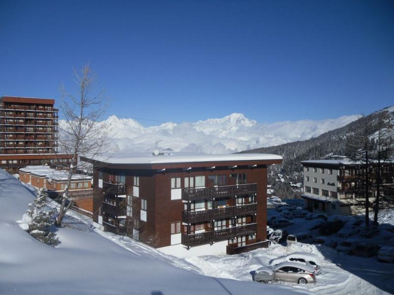 Le bâtiment avec chaine Mont Blanc en fond