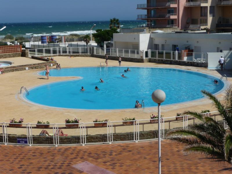 Derrière la piscine vous apercevez la mer