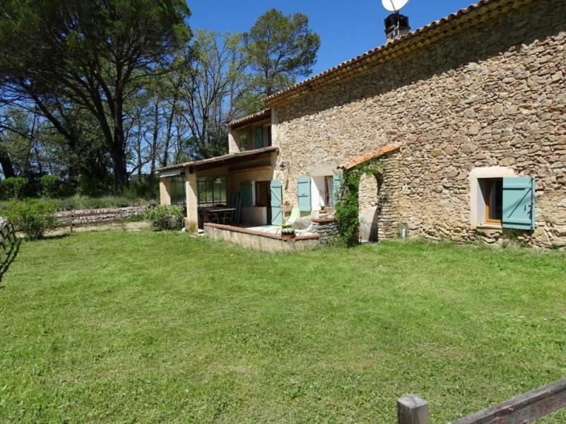 Mas provençal du dix-neuvième au milieu de la propriété de pré et forêt.