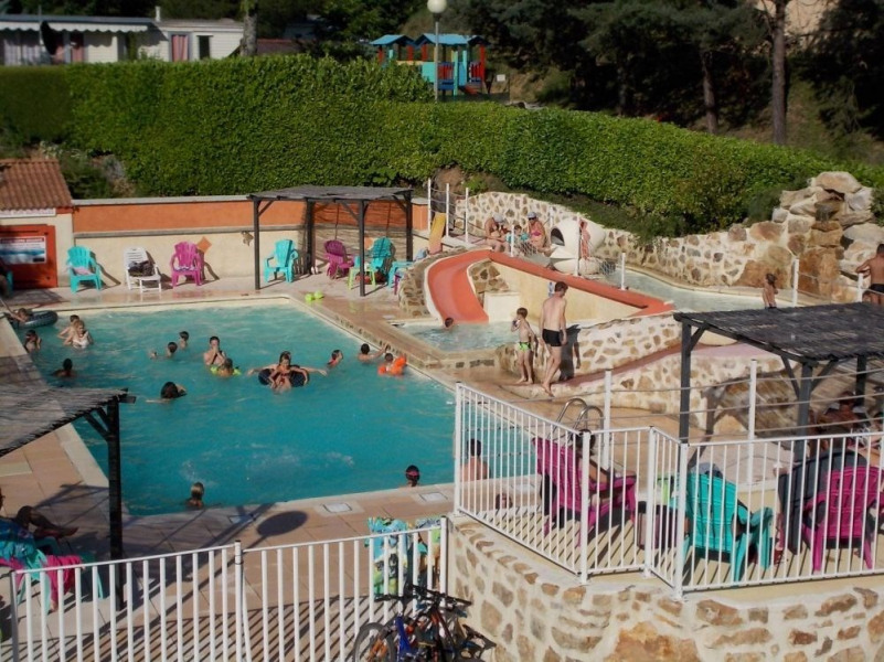 Domaine Camping Les Roches, 38 emplacements, 24 locatifs