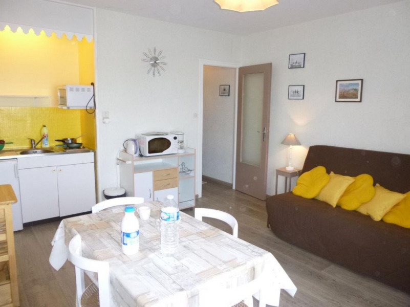 Appartement studio de 23 m² environ pour 3 personnes située à 100 m de la plage et 500 m du centre station, dans le q...