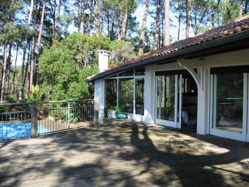 Sur les hauteurs d'Hossegor sans vis a vis, belle villa avec PISCINE sur un espace boisé de chêne...