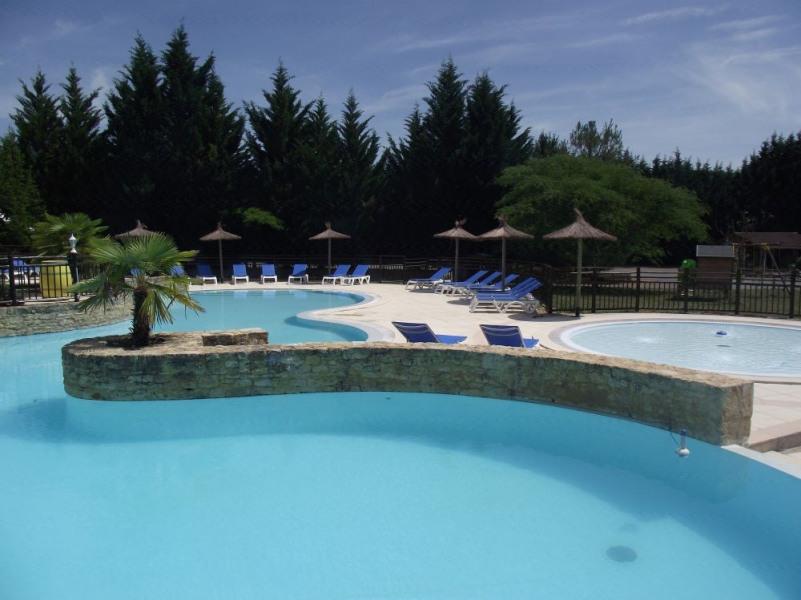 Chalets et gîtes en bordure de rivière, piscine, jacuzzi, tennis !!