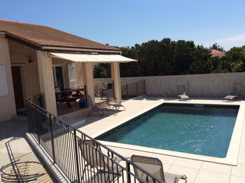 Terrasse couverte donnant sur la piscine . Pièce de vie généralement  l'ete