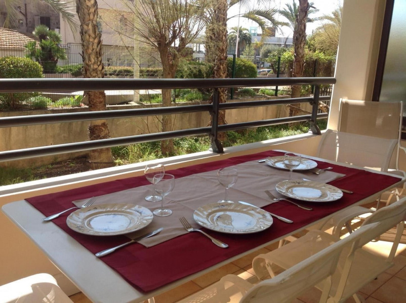 Table sur la terrasse
