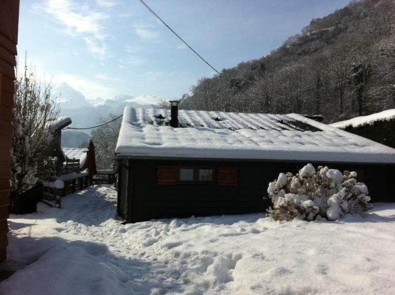 Chalet sous la neige en février