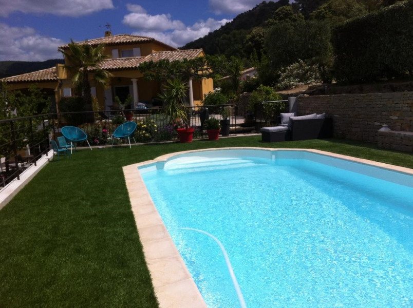 Great securisée and private pool in a quiet, surro