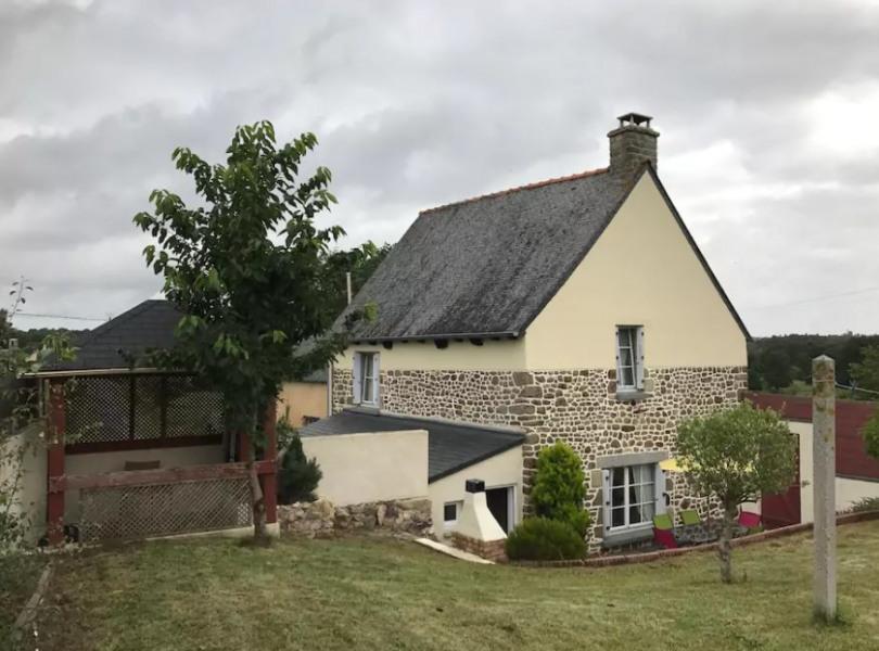 Vue extérieure du gîte au calme de la campagne bretonne.