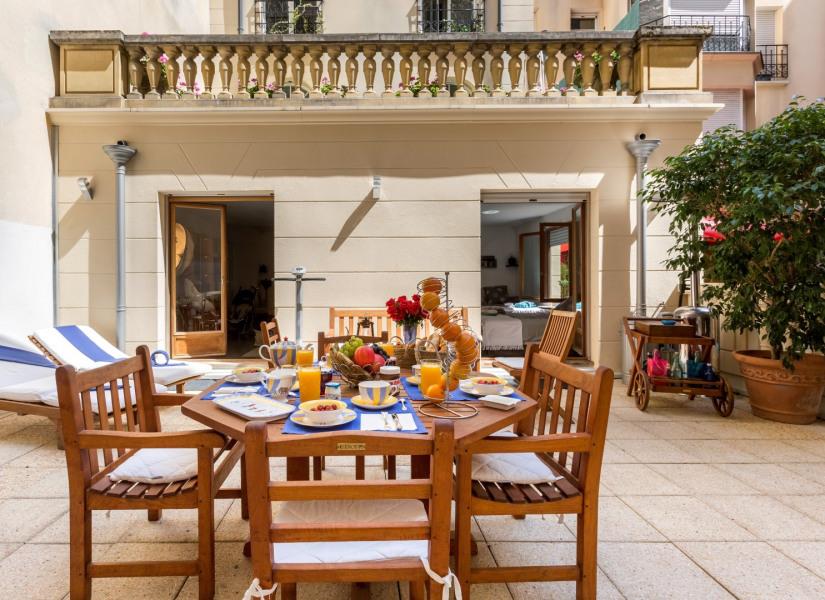 "La terrasse privative (mobilier Teck ""Unopiou-Italie""."