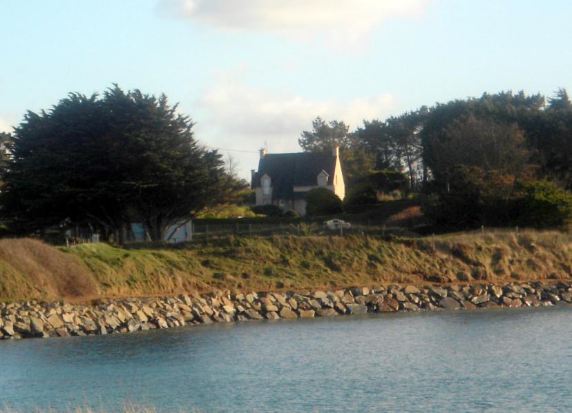 vue mer - maréee haute au Spins, sentier côtier le long de la plage