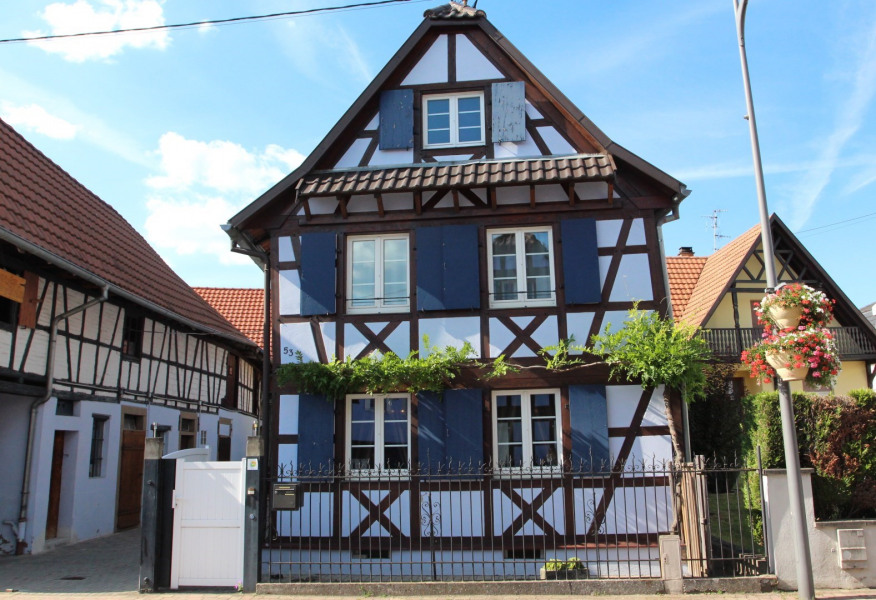 Typical Alsatian charming half-timbered house. - Mittelhausbergen