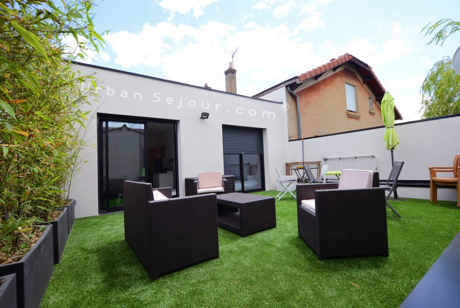 Refait à neuf avec une magnifique terrasse de 30m². Très lumineux et calme, situé dans le quartier des Hôpitaux