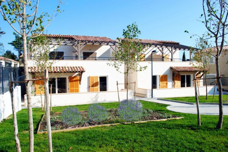 Au pied du Mont Ventoux cette résidence classée 4 étoiles se compose de maisons mitoyennes climatisées.