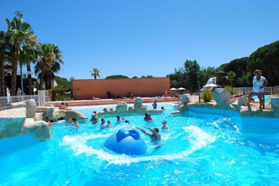 Villa 4-6 personnes - Le camping se situe entre les Maures et L'Esterel, à proximité de la mer, situé au cœur d'un es...