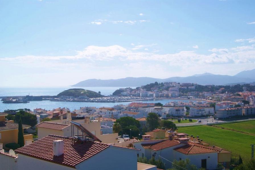Appartement dernier étage avec grande terrasse et belle vue sur la mer, les montagnes et le port de Llançà.