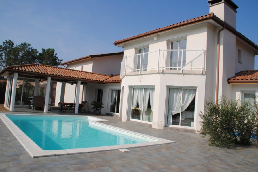 Façade plein sud avec piscine et terrasse