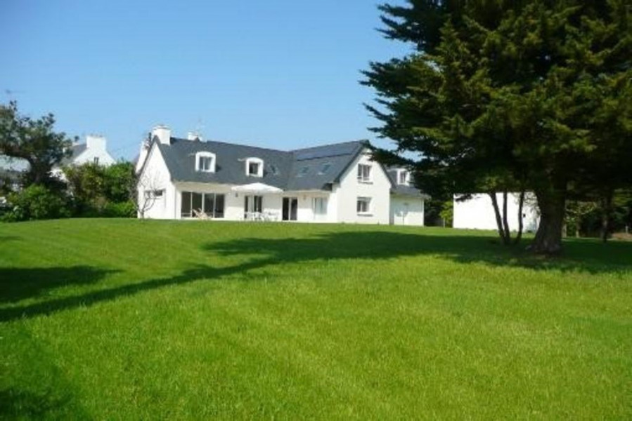 Bretagne, grande maison neuve donnant sur bras de mer, grand jardin