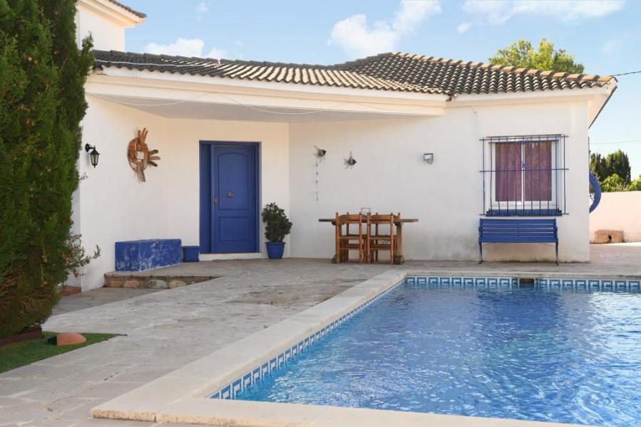 villa façade avec piscine
