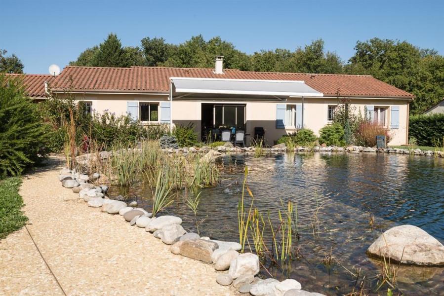 vue du jardin sur le bassin d'eau et la maison