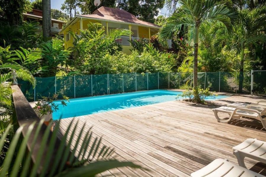 La piscine, le logement au dessus, au milieu de la