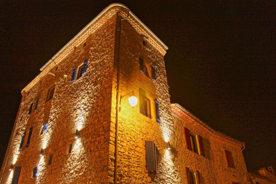 Gîte de charme Merlot dans la Tour du Crieulon parmis nos différents gîtes. - Saint-Jean-de-Crieulon