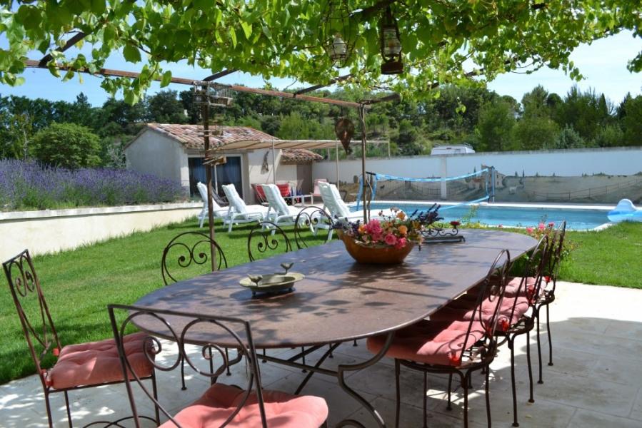 grande terrasse avec table pour 8 personnes