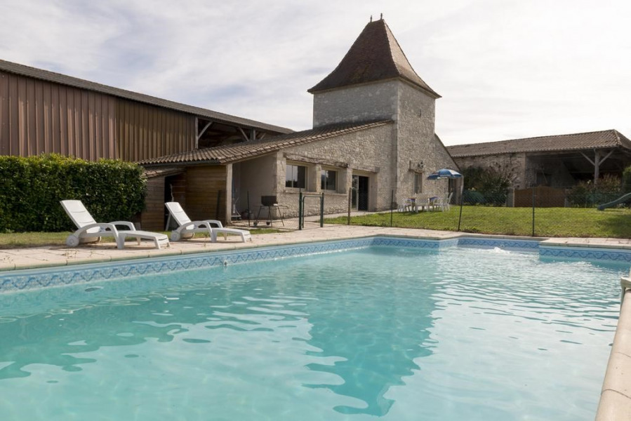 Vue de la piscine + maison