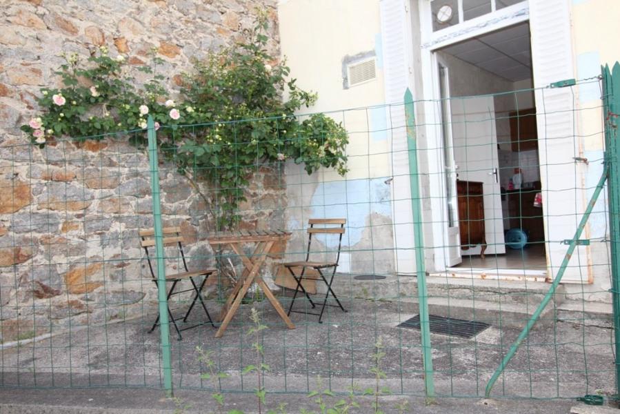 petit appartement en rez- de chaussée avec petite cour privative en centre ville