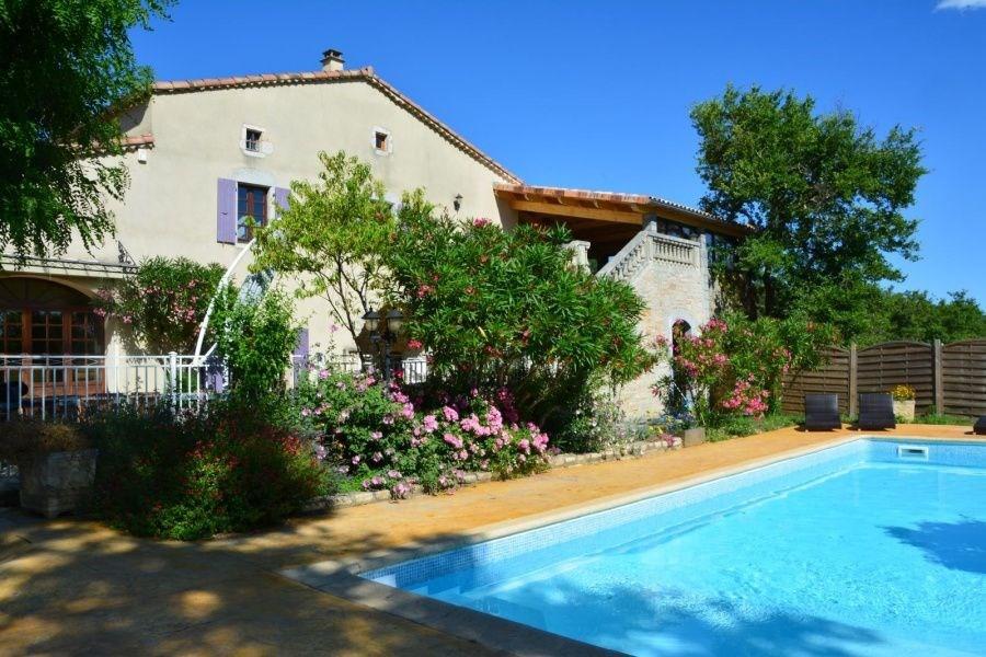 Situé en France dans l'Ardèche du sud, proche de Vallon Pont d'Arc reconnu pour son site incomparable, ce Mas vous ou...