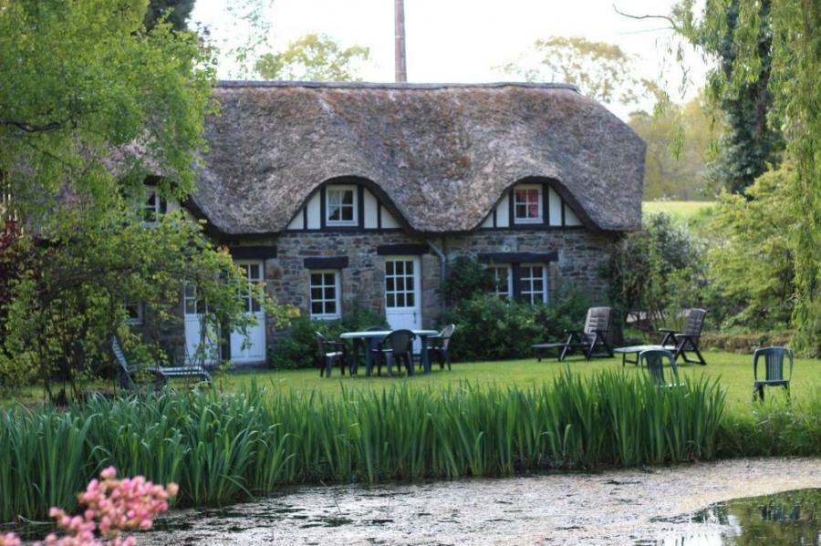 Superbe rénovation de maison normande avec toit de chaume.