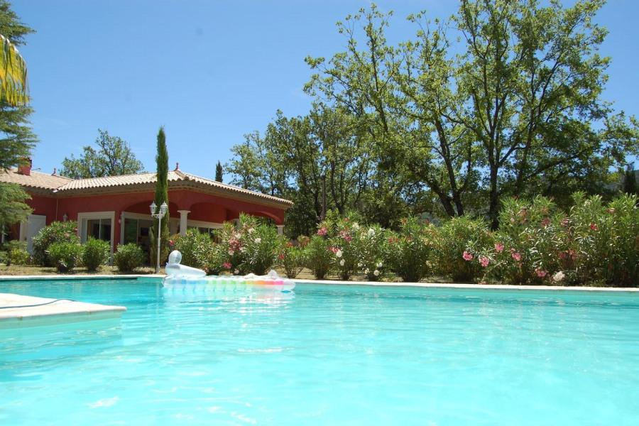 La Lézardière : Magnifique villa provençale sur 3045 m² de terrain plat arboré, avec très grande piscine traitée au sel.