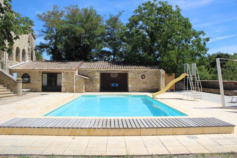 Vue générale sur la piscine (prise du jardin)