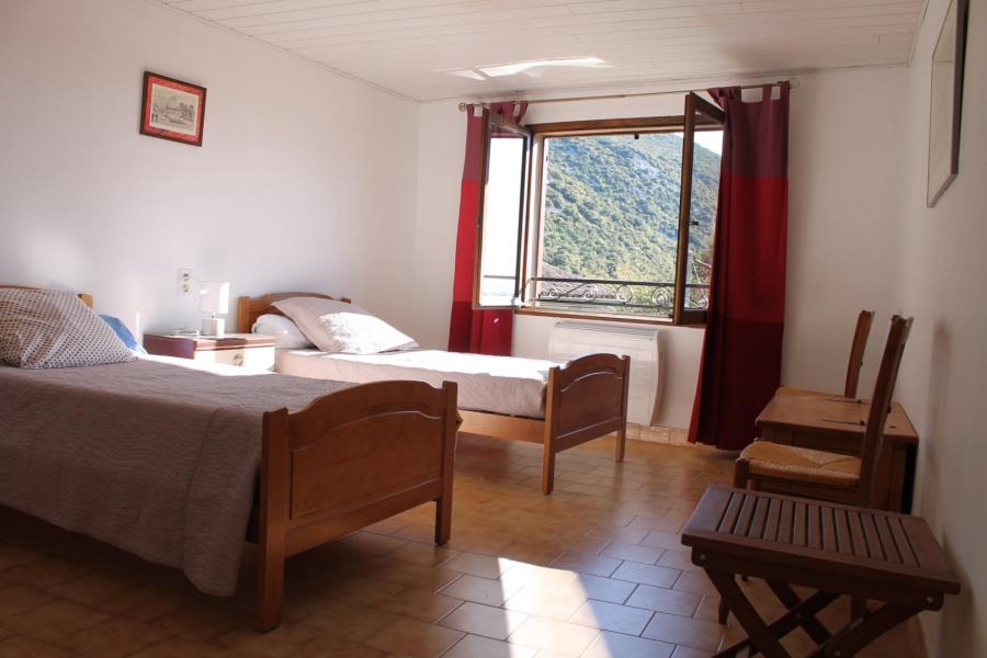 Chambre à deux lits simples.