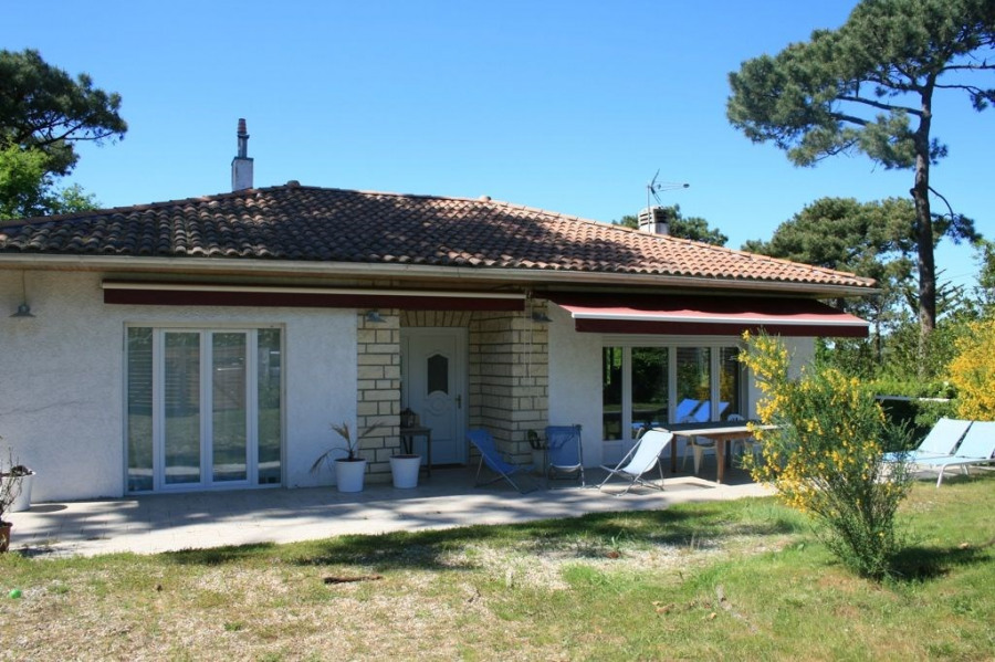Grande maison familiale située à 2 mn à pied de la plage du bassin et commerces.