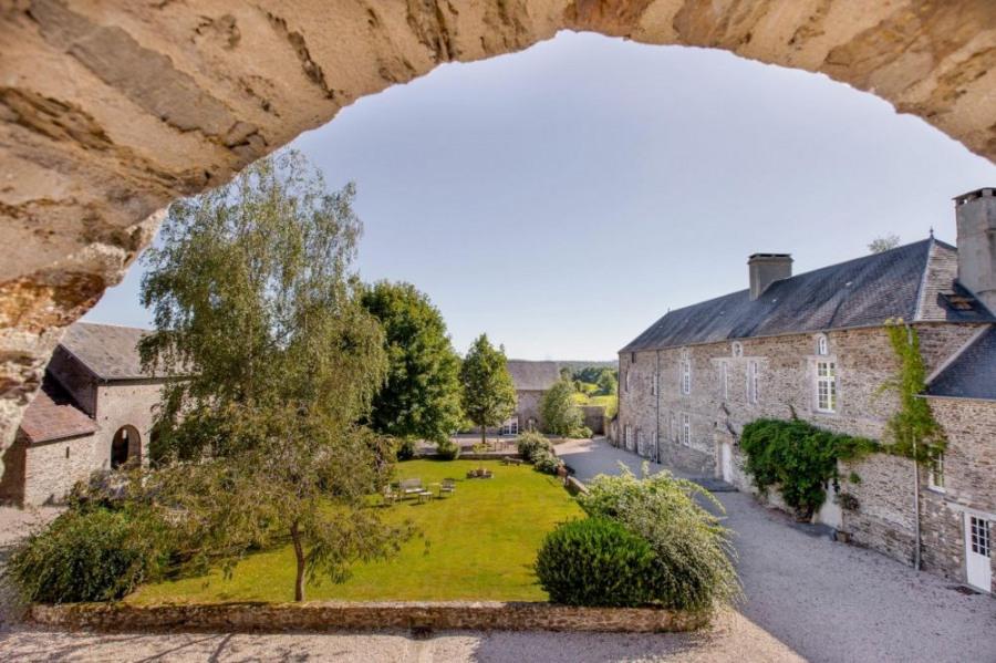 Au cœur d'un petit village à l'orée de la Baie du Mont St-Michel, dans le cadre reposant de cette ancienne ferme rest...
