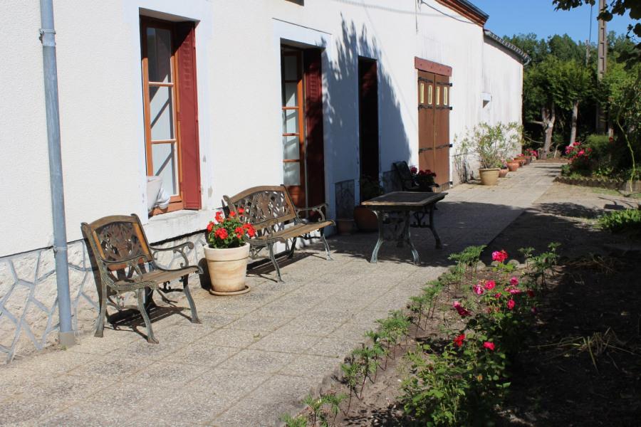 cour fermée, terrasse et salon de jardin