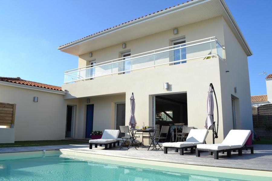 façade et piscine