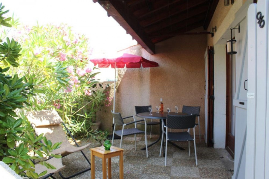 Pavillon studio mezzanine 33 m² environ pour 4 personnes, résidence située en bord de lac une avec piscine centrale (...