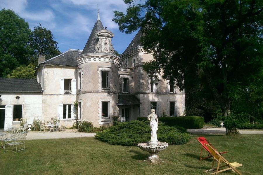 Château de Laubertie en façade.