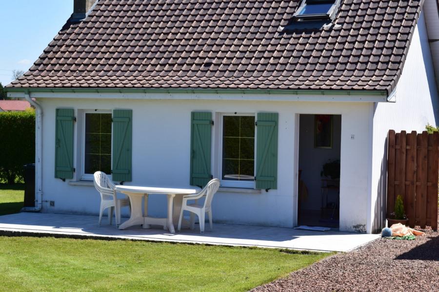 terrasse et enrée de la maison