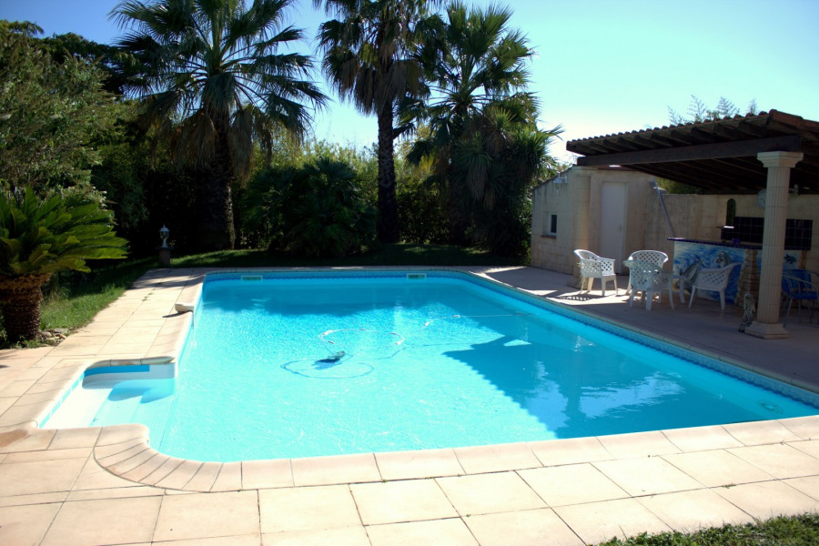 Grande villa avec jardin et piscine