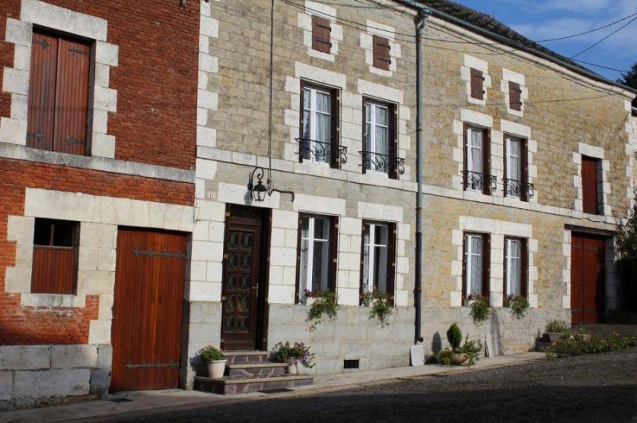 Gîte n°406 à Cernion - à 26 km de Charleville-Mézières. Maison indépendante sur terrain 200 m² avec terrasse.
